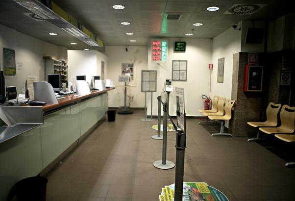 Ufficio Postale Poste Italiane : Poste italiane piano terra milano centrale